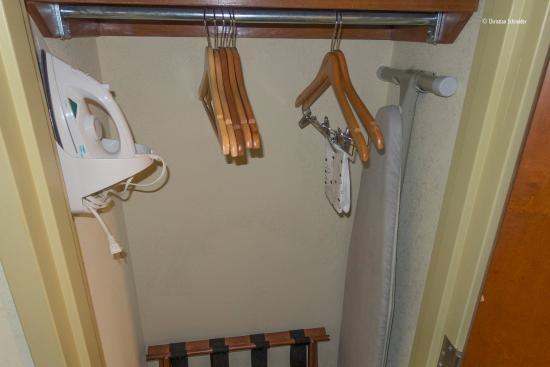 Hampton Inn & Suites of Ft. Pierce : Ferro e tábua no armário