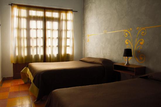 Hostal La Bombilla: Nubes, habitación doble con baño en su interior.
