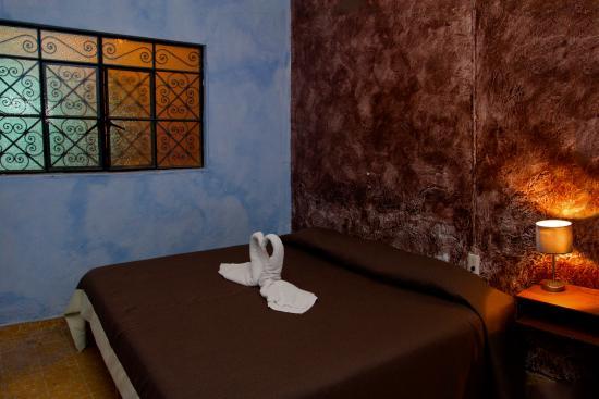 Hostal La Bombilla : Tierra, habitación con cama King Size y baño afuero