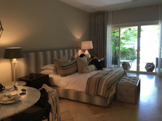 Grace Bay Club: Not great photo - walk out to beach, high ceilings, great king bed