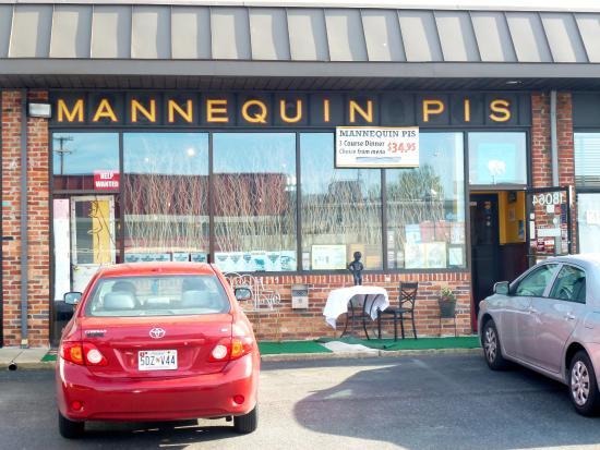 """Le Mannequin Pis: Видна выставленная фигурка """"Писающего мальчика"""""""
