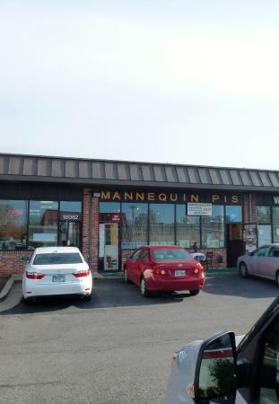 Le Mannequin Pis: Небольшая парковка перед рестораном