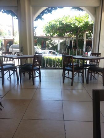 Terra-Cotta: Puedes elegir comer en la terraza o el interior