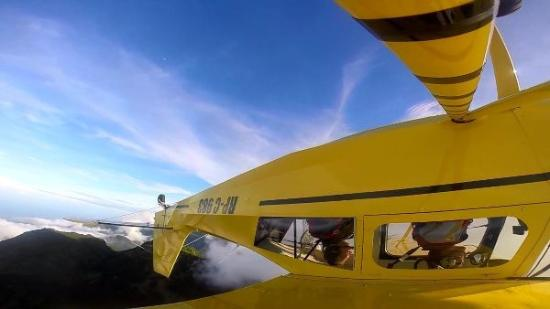 Mambajao, Filippijnen: Camiguin Aviation's Super Decathlon in the sky
