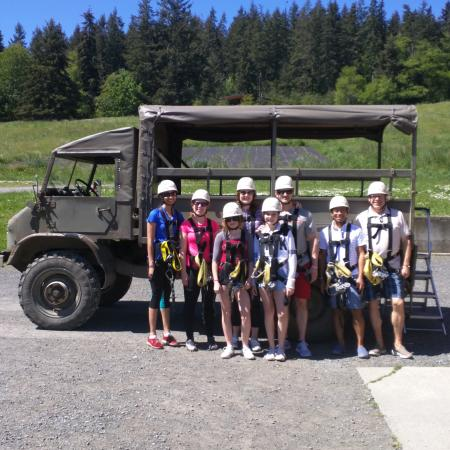 Camano Island, วอชิงตัน: Our tour group and the 1963 Mercedes Benz truck that took us up the hill.