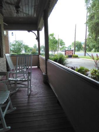 Fredericksburg Hill Country Hotel: Wrap-around porch sitting area.