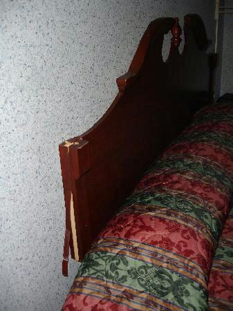 Northeast Garden Inn : broken-headboard_large.jpg