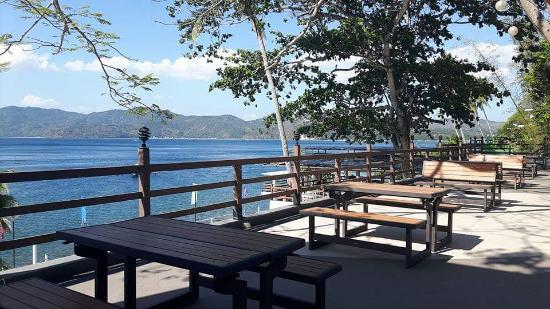 Anilao, Filipinas: Benches to chill at late in the afternoon