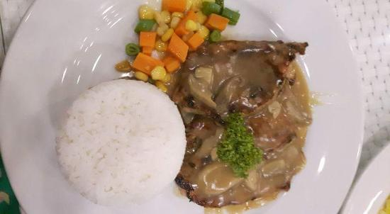 Anilao, Filipinas: Porkchop w/ mushroom sauce - Ordered this meal twice during our stay -- yes, it's that satisfyin