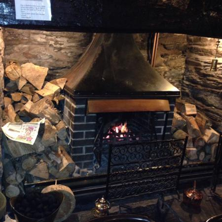 Machynlleth, UK: Real log fire
