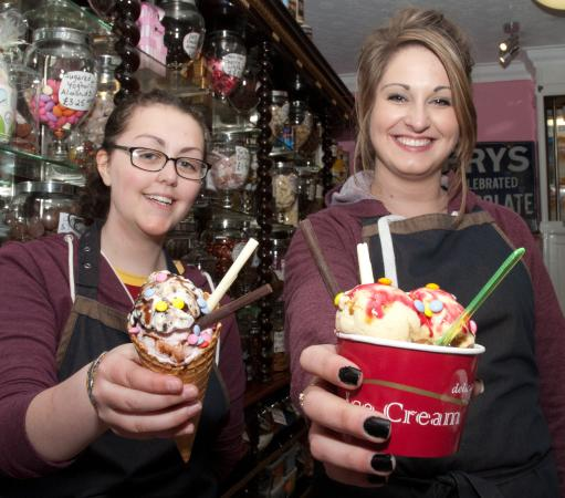 Stonehaven, UK: Lovely assistants at Giulianotti's