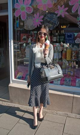 Stonehaven, UK: Elegant visitor from abroad enjoys an ice cream at Giulianotti's