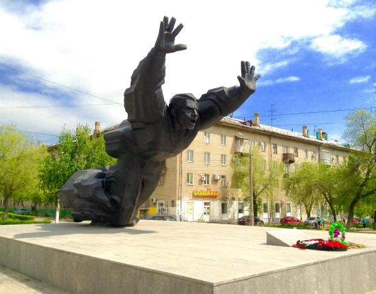 ‪Monument to Mikhail Panikakha‬