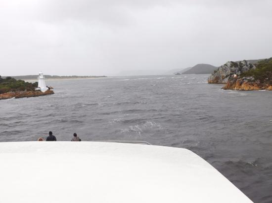 Strahan, Austrália: Hells Gate entrance to Harbour - Cruise goes out thru gate and then back in