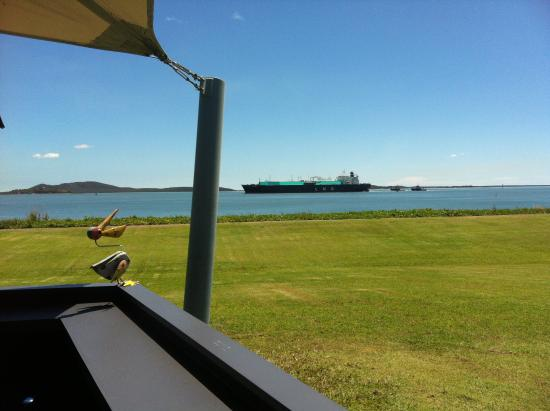 Gladstone, Australien: Turquoise blue LNG ship...spectacular!