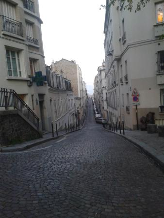 Residence Blanche: The cobbled streets of Montmatre - so enjoyable to just wander around.