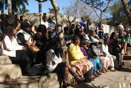 Southbroom, Republika Południowej Afryki: Captivated audience watching the snake handler