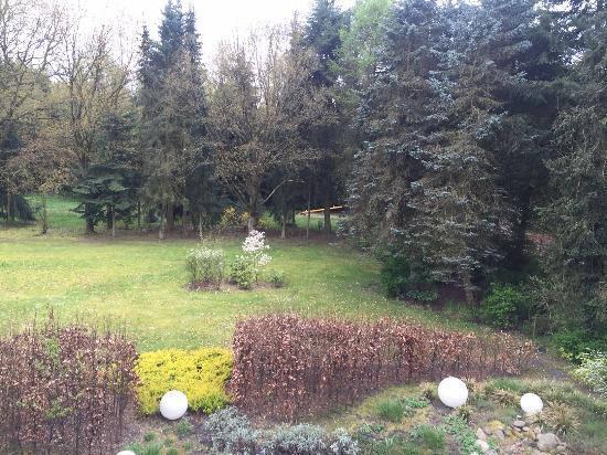 Essel, Deutschland: Garten mit kleinem Spielplatz im Hintergrund