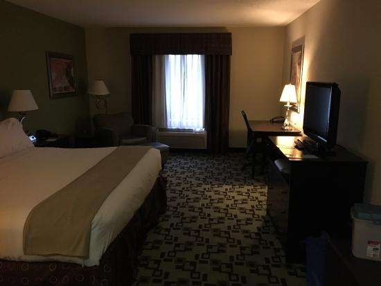 Holiday Inn Express Troutville-Roanoke North: Room with king size bed.