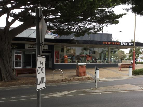 Cowes, Australia: St view Phillip Island Bakery