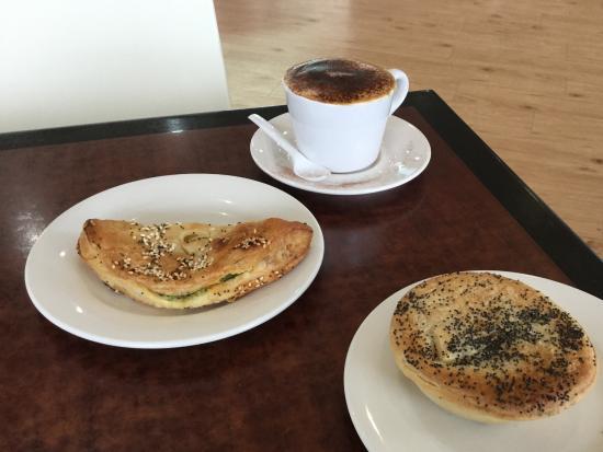 Cowes, Australia: Chicken & Mushroom pie &Spinich & Risotto pasty Phillip Island Bakery