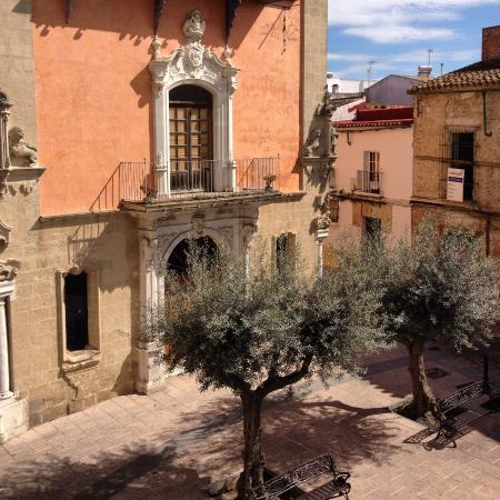 Apartamentos Jerez: The plaza outside the rooms
