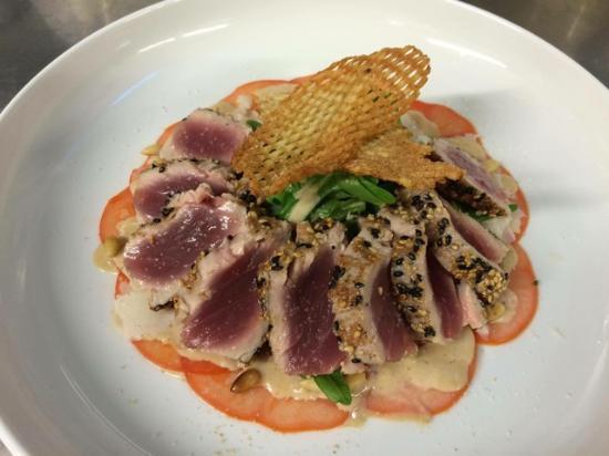 Waregem, België: Carpaccio van Tomaat met mi Cuit gebakken tonijn