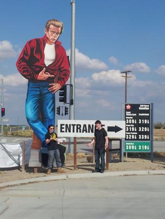 Lost Hills, Kalifornia: Two of my boys at the giant cutout of James Dean.