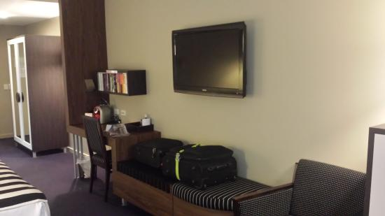 Quality Hotel Taylors Lakes: Desk and tv