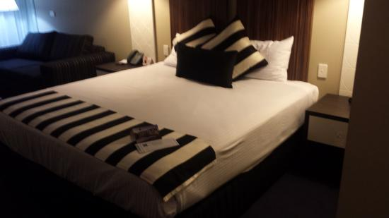 Quality Hotel Taylors Lakes: Large bed