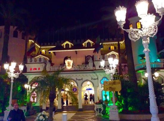Grand Hotel La Sonrisa: Il castello in notturna