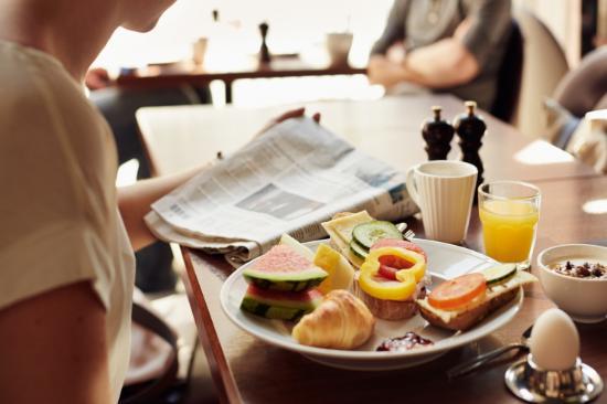 Scandic Helsingborg North: Frukost är det viktigaste målet på dagen. Hos oss serveras stor ekologisk frukostbuffé som passa
