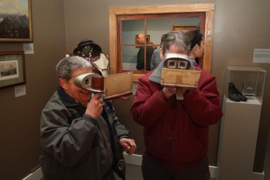 "‪‪Plymouth‬, ‪New Hampshire‬: Visitors view 3D stereoview cards using special stereo-viewers. From the Museum's ""Taking the Le‬"