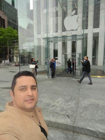 9f6baef1fa7 Fifth Avenue  Loja da Apple 5 Avenida. Fifth Avenue  Loja Armani localizada  ...