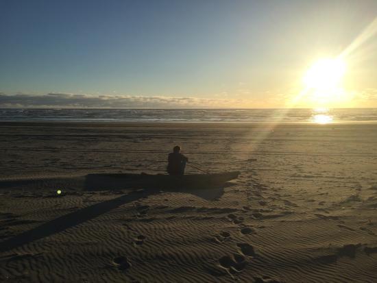 Long Beach, WA: Beautiful sunset on the beach just down the path!