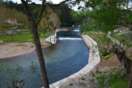 Alcanena, Portugal: Vista da esplanada para a nascente do Alviela