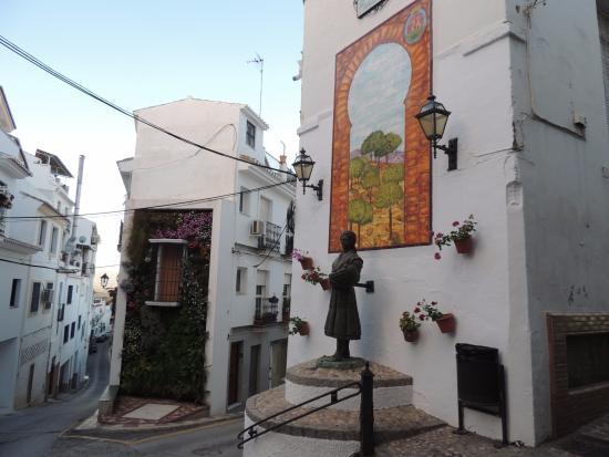 La Faenera: Bonita esquina aloreña. Monumento a la mujer faenera