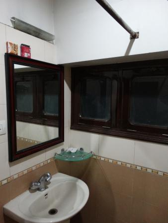 ‪‪Hotel Heritage Inn Amritsar‬: The bathroom: view 2‬