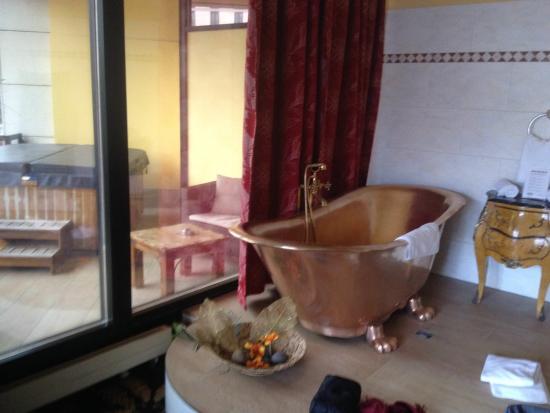 Zu sehen ist die Wanne sowie der Whirlpool auf dem balkon ...