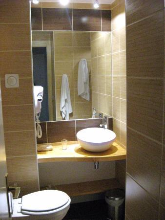 Hotel De La Poste - Annexe Champanne : Rechts hinter dem Mauervorsprung geht es zur großen, bequem erreichbaren Dusche