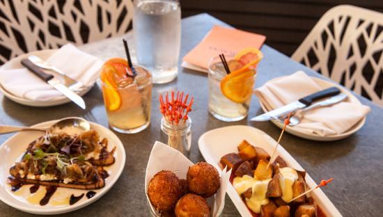 Healdsburg, Californië: Tapas and drinks on the patio
