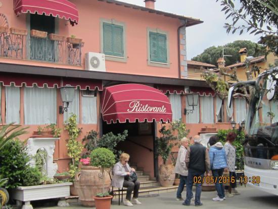 Ristorante Hotel Squarciarelli: Alcuni amici del gruppo all'ingresso del ristorante