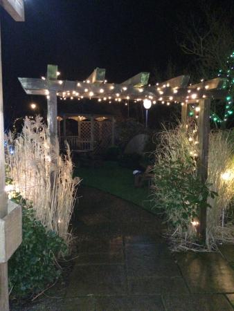 Baslow, UK: Garden is all lit up at night