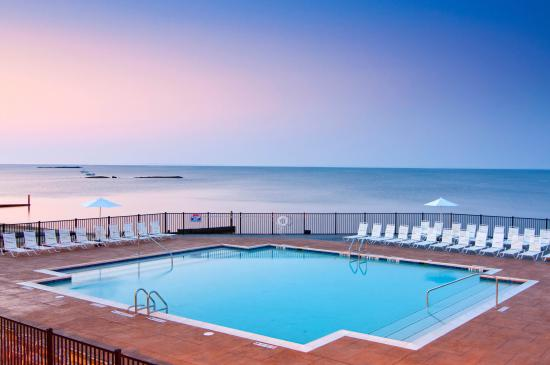 Water's Edge Resort & Spa: Outdoor Pool