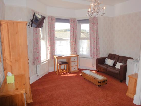 Brooke House: Large Super King / Twin Ensuite Bedroom with Sofa and Fridge