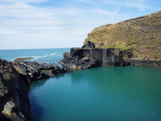 Abereiddy, UK: Coasteering group in Blue Lagoon