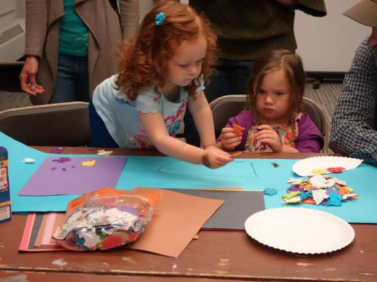 Rhinelander, Ουισκόνσιν: Kids work on art projects at an ArtStart Arty Party Opening