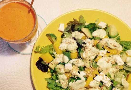 Galgala Vegetariano : Ensalada de mango y aguacate con queso fresco, zumo de naranja zanahoria manzana y jengibre y ta
