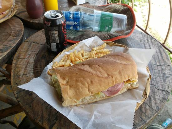 San Jorge, Νικαράγουα:  Combo sandwich avec frites 140 cordobas