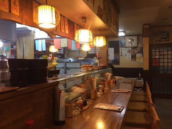 Kasuga, Japonya: ゆっくり落ち着けるカウンターに大人数でも楽しめるテーブル席で、焼き鳥に舌鼓を打てる所